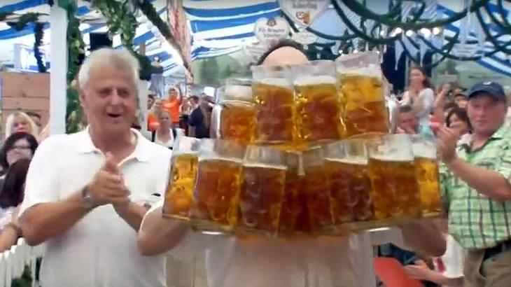 Weltrekord im Biertragen: Der deutsche Kellner Oliver Strümpfel hält ihn