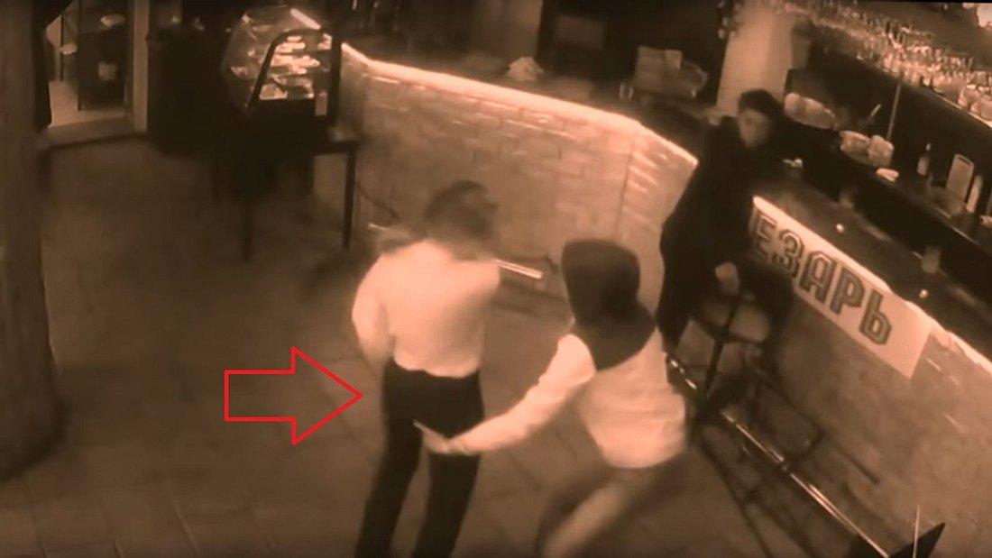 Eine russische Kellnerin schlägt einen aufdringlichen Bar-Gast