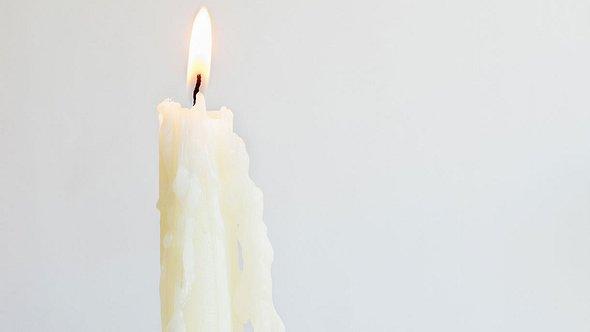 Brennende Kerze - Foto: iStock / FSTOPLIGHT