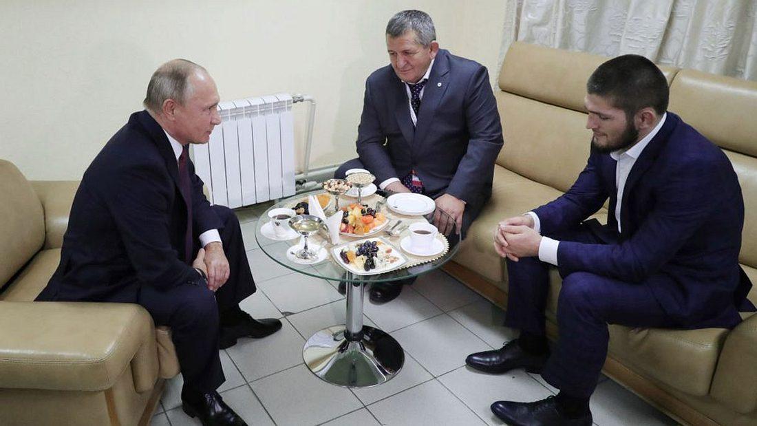 Vladimir Putin (links) trift Khabib Nurmagomedov (rechts)