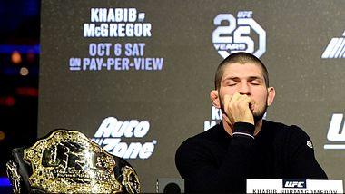Khabib Nurmagomedov bei einer Pressekonferenz - Foto: Steven Ryan/Getty Images