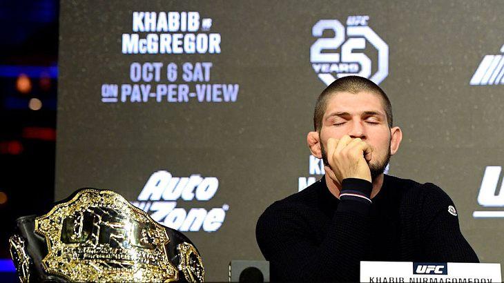 Khabib Nurmagomedov bei einer Pressekonferenz