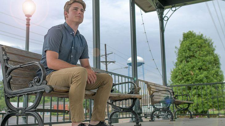 Mann in Khakihosen wartet auf seine Freundin