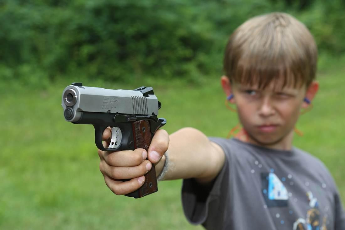 Kind mit Schusswaffe