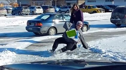 Rabenvater filmt dutzende Schulkinder, die auf Eis ausrutschen