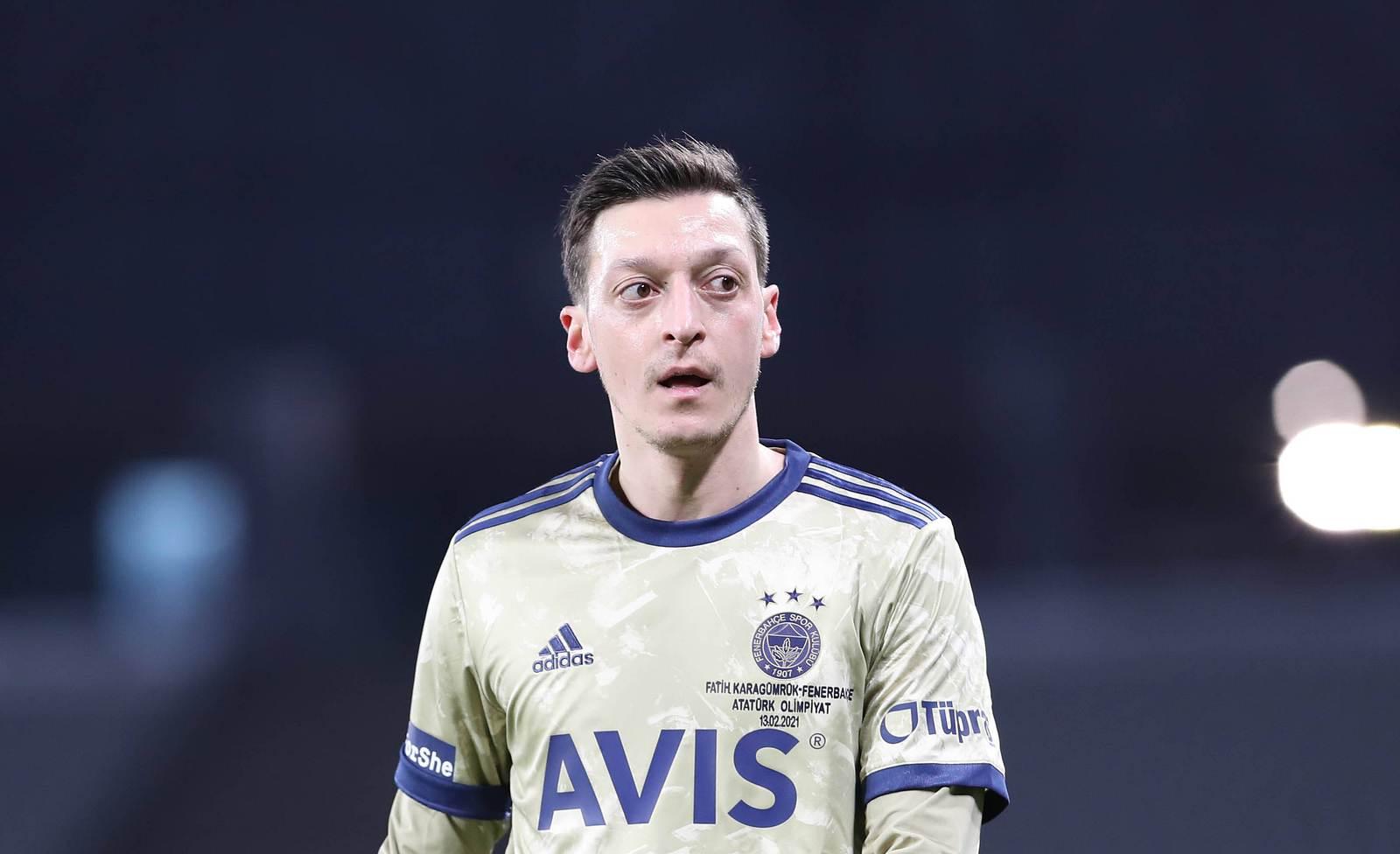 Klares Signal: Mesut Özil singt türkische Nationalhymne bei Liga-Spiel