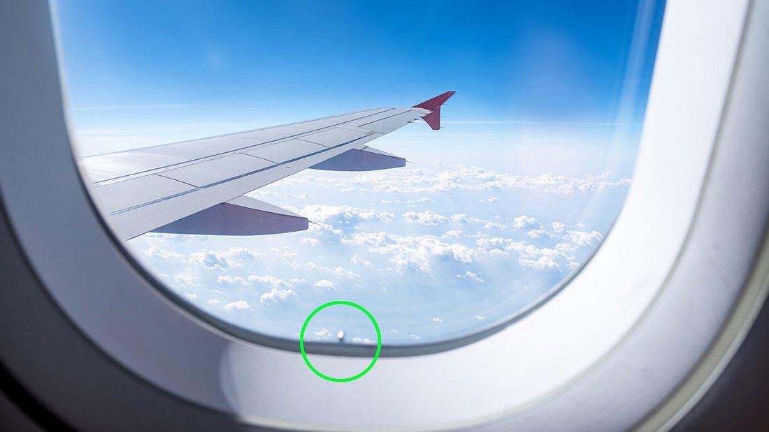 Kleines Loch im Flugzeugfenster