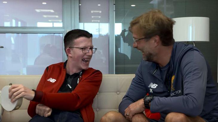 Jürgen Klopp wird von einem gehandicapten Liverpool-Fan interviewt