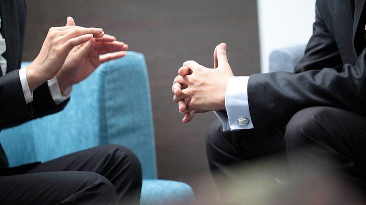 Körpersprache: An diesen Signalen erkennst du, ob jemand lügt