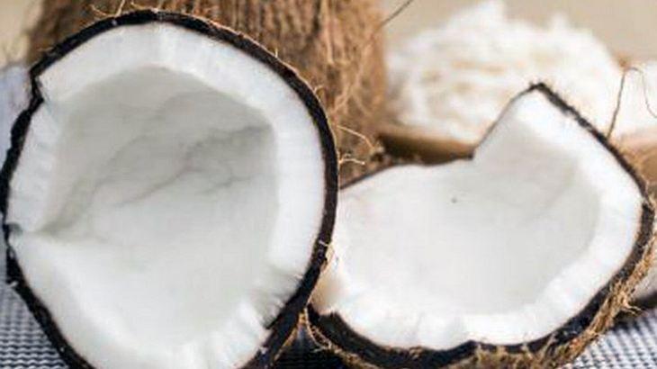 Ein Mann hat Sex mit einer Kokosnuss
