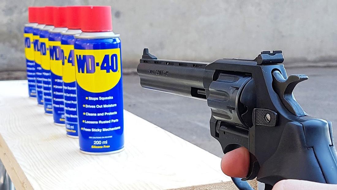 Mr. Gear schießt mit einer Waffe auf Kontaktspray-Dosen