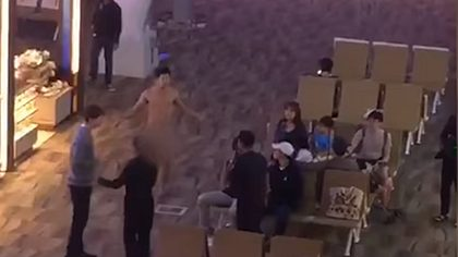Viagra-Überdosis: Mann bewirft Menschen an Flughafen mit Kot - Foto: YouTube/TheStarOnline