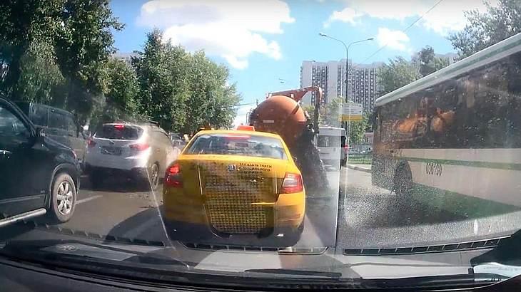 Ein undichter Abwasser-Truck flutet die Straßen von Moskau mit Kot