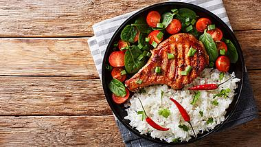Kotelett mit Reis - Foto: iStock / Alleko