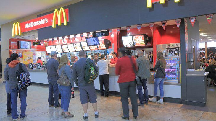 Kot-Spuren in McDonald's-Filiale.