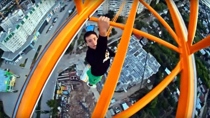 Der russische Roofer Alexander Rusinov ist ohne Sicherung einen Baukran herauf geklettert