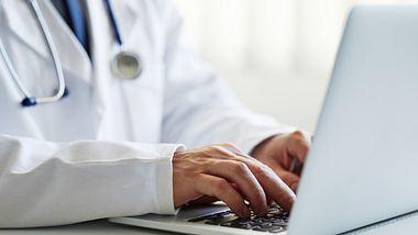 Arzt am Computer - Foto: iStock/Rostislav_Sedlacek