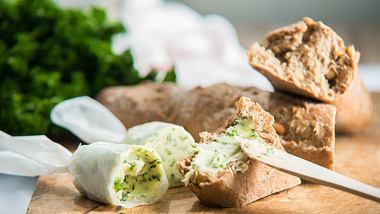 Kräuterbutter und Brot - Foto: iStock / Cadamek