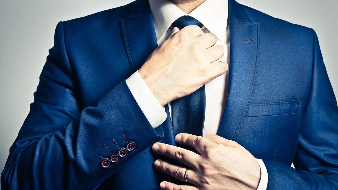 Eine Krawatte binden (Symbolfoto).