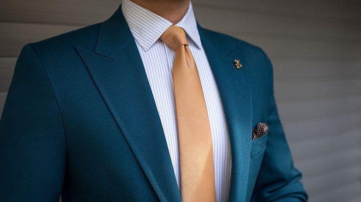 Krawatte-Hemd-Anzug-Kombination