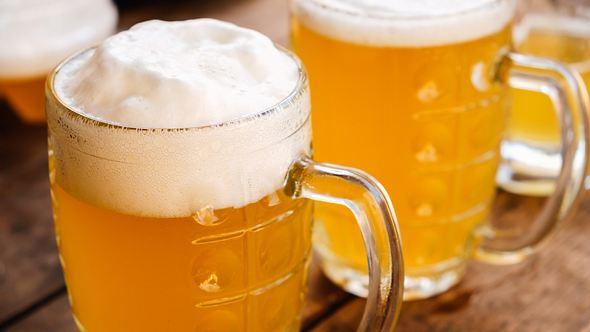 Zwei Krüge mit Bier - Foto: iStock / BravissimoS