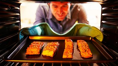 Lachs im Ofen zubereiten: So einfach geht's