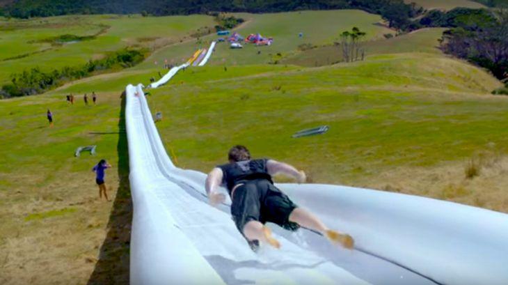 Die längste Wasserrutsche der Welt ist von der Charity-Organisation Live more Awesome