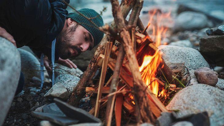 So entfachst du ein Feuer ohne Feuerzeug