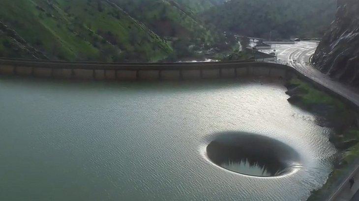 Das riesige Loch im Lake Berryessa ist atemberaubend
