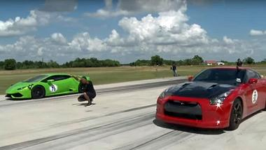 Ein Lamborghini Huracan mit 2100 Biturbo-PS duelliert sich mit drei NIssan GT-Rs - Foto: YouTube/1320video