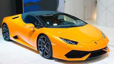 Oranger Lamborghini Huracan mit schwarzem Verdeck - Foto: iStock / Sjo