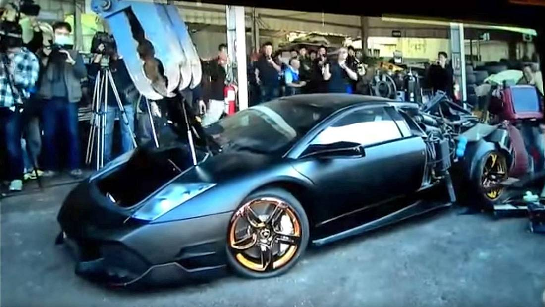 Ein illegaler Lamborghini Murciélago LP 640 wird von der taiwanesischen Regierung zerstört