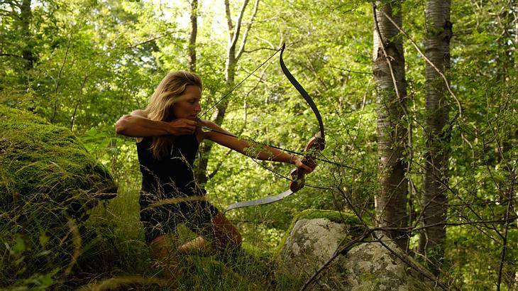 Miriam Lancewood auf der Jagd mit Pfeil und Bogen