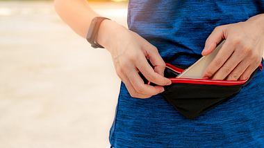 Sportler mit Laufgürtel und Smartphone - Foto: iStock/Fahroni