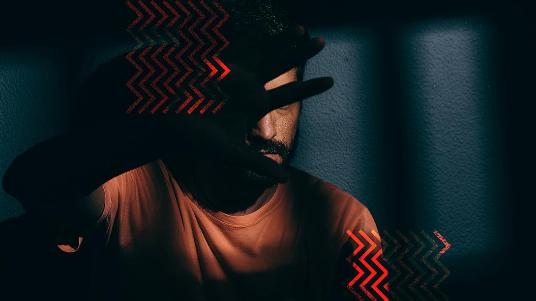 Mann im Dunkeln - Foto: Migräne: iStock/ Klebercordeiro, Collage / bearbeitet durch Männersache