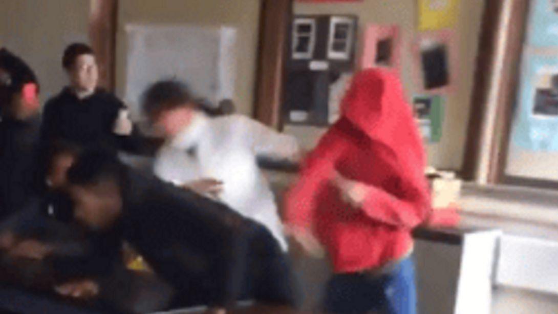 Tatort Klassenzimmer: Handgreifliche Auseinandersetzungen in Schulen nehmen zu - Foto: Twitter / Beety Badass