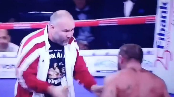 Levan Shonia prügelt auf Trainer ein.