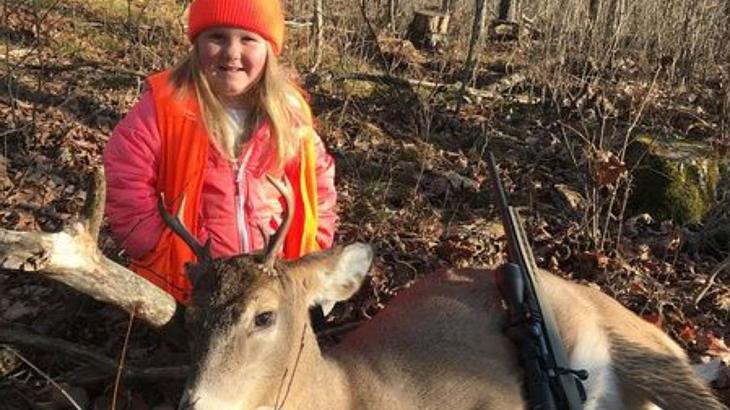 Diese Sechsjährige hat gerade ihren ersten Hirsch erschossen
