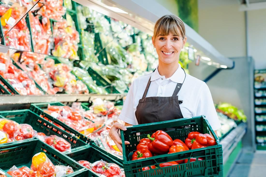 Supermarktverkäuferin in der Obstabteilung
