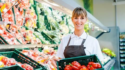 Supermarktverkäuferin in der Obstabteilung - Foto: iStock / kzenon