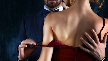 Mann beginnt damit, eine Frau auszuziehen - Foto: iStock / monstArrr_