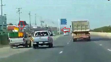 Pick-up will LKW überholen und wird brutal von Straße gerammt