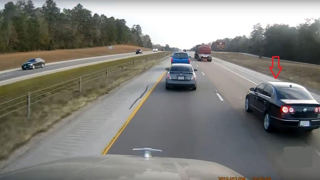 Ein VW will sich auf der Autobahn vor einen Trucker drängeln - doch der LKW-Fahrer macht ducht