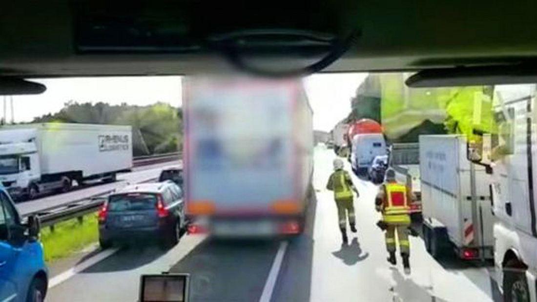 Ein LKW-Fahrer blockiert eine Rettungsgasse auf der AUtobahn