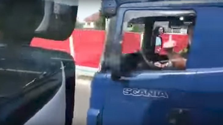 Eine LKW-Fahrer überholt einen anderen Trucker mit 140 km/h auf der rechten Spur