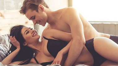Sanft von hinten: Die Löffelchenstellung bringt intime Momente - Foto: iStock / adimguzhva