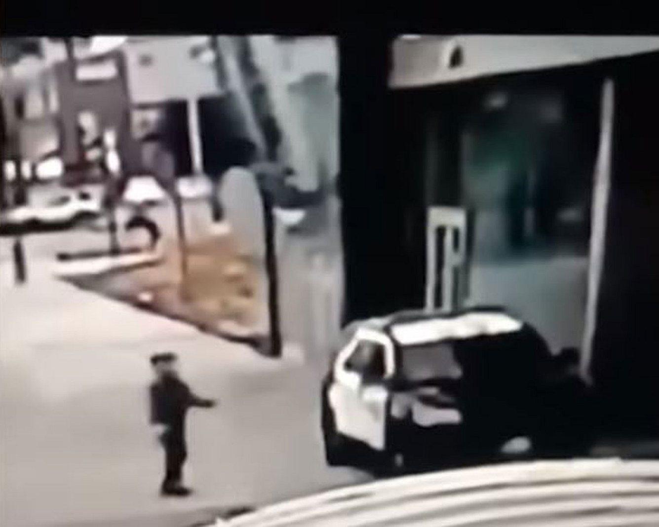 Mann schießt auf Streifenwagen