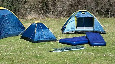 Luftmatratze selbstaufblasbar - Luftmatratze - Camping - Foto: iStock/beyhanyazar