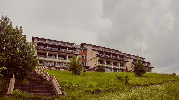 Hotel auf Anhöhe - Foto: iStock/undefined undefined