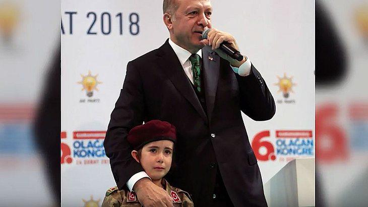 Erdogan mit Soldatenmädchen